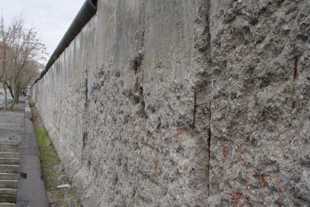 Resten van de berlijnse muur in de niederkirchner strasse zijde west berlijn - Muur van de ingang ...